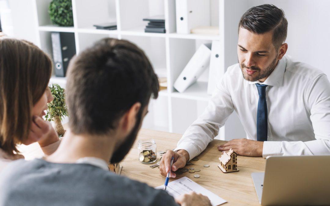 Dlaczego warto korzystać z usług pośrednika nieruchomości przy zakupie mieszkania?
